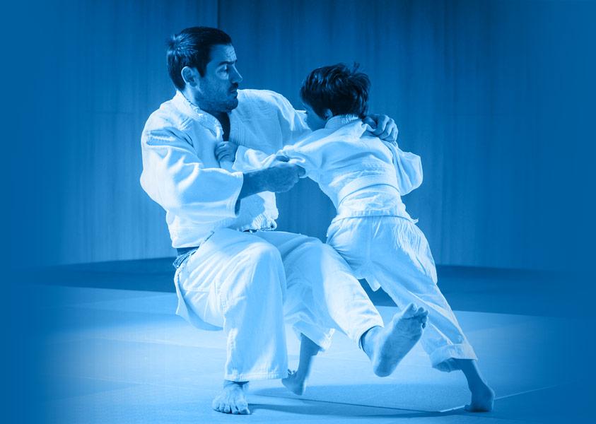 judokas enfant et adulte qui s'entrainent